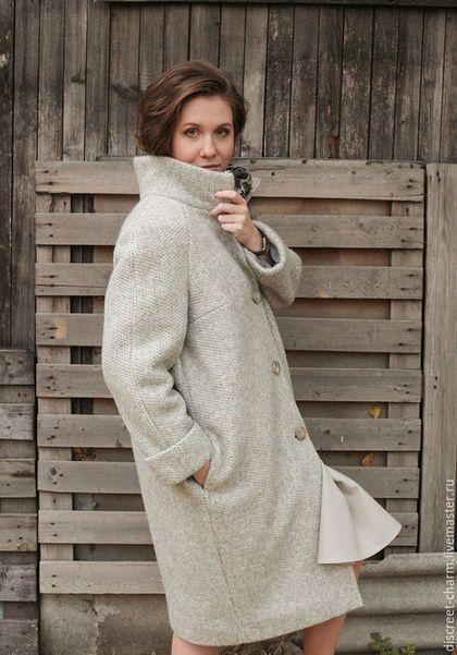 Купить или заказать Серое зимнее утеплённое пальто из фактурной шерсти, свободный силуэт в интернет-магазине на Ярмарке Мастеров. Самое что ни на есть настоящее зимнее пальто. Фактура ткани напоминает вязаные узоры, что делает его по-зимнему уютным. Высокий воротник-стойка защитит шею от ветра, объёмные манжеты перекликаются с О-образной формой пальто, с рукавом-реглан вы сможете поддеть под низ самый толстый свитер. Пальто будет отлично смотреться как с платьями, так и с брючками.