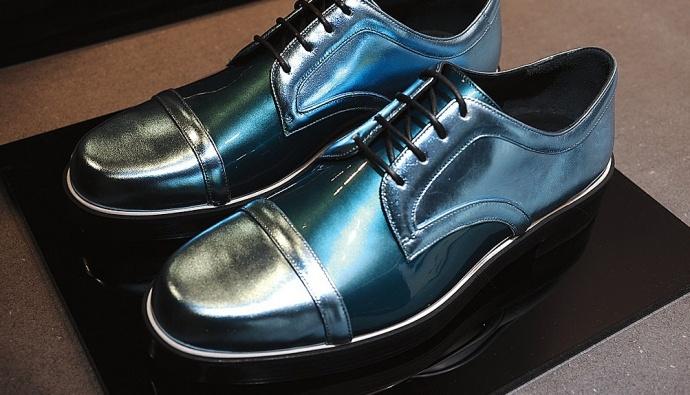 Британский дизайнер Николас Кирквуд, давно ставший фаворитом таких голливудских звезд, как Сара Джессика Паркер, Блейк Лайвли и Сиенна Миллер, впервые представил коллекцию мужской обуви