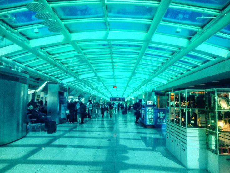 Essa semana verei esse aeroporto aí!  Alguém sabe onde?... É o iluminado SDU do #Rio! Que saudades dessa cidade!  #AosViajantes .  Essa semana tem fotos do #riodejaneiro pra ir animando! . O Rio tem dicas e roteiro pronto lá no blog! Acesse http://ift.tt/1Mv9A8t . . . . . . .