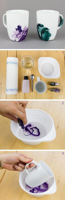 Un peu de vernis, des tasses blanches et hop, obtenez de jolies tasses marbrées ! #DIY #Table