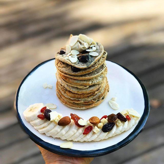 Muyyy buen sábado a todos ❤️💫 hoy arranque con esta divinura 😂 me llena de energía para todo mi día 🙌🏻🌟🙌🏻 Desayuno completo, exquisito y tupper amigable👌🏻 🌟🌟🌟PANQUEQUES DE ARÁNDANOS 🌟🌟🌟 🔻Necesitas: (porción individual) 🔸 1 huevo y 2 claras (o 3 claras) 🔸1/3 taza de avena o harina de arroz o harina de almendra o de coco o trigo sarraceno, etc. 🔸 1 cda de semillas de chia 🔸 arándanos frescos o congelados (cantidad necesaria) 🔸 1/2 banana (opcional) 🔸 canela (opcional) 🔸…