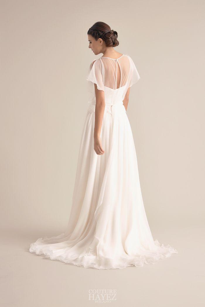 fd079e52bdfc Un leggerissimo abito da sposa scivolato in georgette di seta con blusa in  chiffon leggermente arricciata
