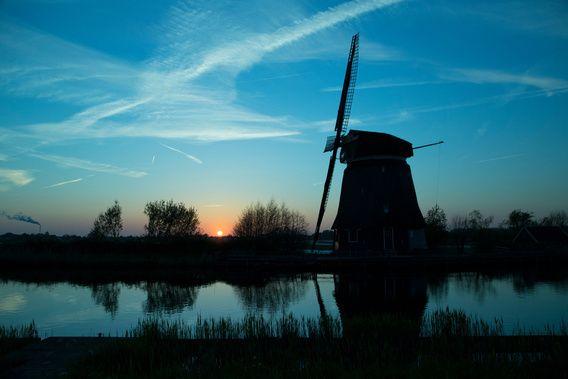 Silhouet van een molen bij zonsondergang van Jan-Willem Alkemade