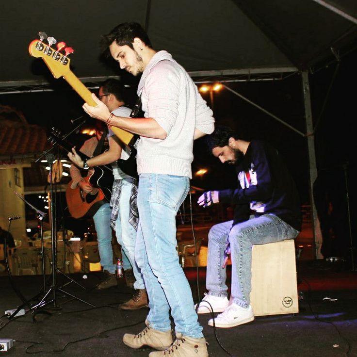 """Edgard Ajax adicionou uma nova foto ao álbum """"ALEX PUCCI REIS"""". 10 min ·  Banda Cervo: Festival de Inverno. #bass #baixo #banda ##rock #pop #rockBand #contrabaixo #cajon — com Gabriel Sampaio e Alex Pucci Reis em Rifaina. - Banda Cervo - Matheus Gobetti - Edgar Ajax Dos Reis Filho - #festivaldeinverno - #rifaina - www.ajax-pucci.blogspot.co"""