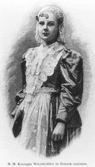 Kinderportret van Wilhelmina (Wilhelmina Helena Pauline Maria) (1880-1962), prinses der Nederlanden, dochter van koning Willem III en koningin Emma, heupstuk, trois quart. Het prinsesje is gekleed in Friese klederdracht. Zij draagt een wit kapje met ijzers op het hoofd en is gekleed in een blouse met lange mouwen, een wit kanten befje, en een witte schort over een donkere rok. Onder het portret staat de titel: H.M. Koningin Wilhelmina in Friesch costuum. 1890 fotolithografie #Friesland