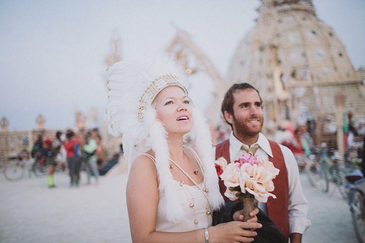 Hochzeit bei Sonnenaufgang auf dem Burning Man Festival
