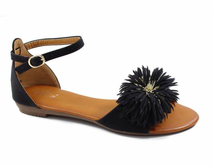 Leuk sandaal met bloem in het zwart € 21,95.  Kijk op https://www.facebook.com/pages/Zus-en-Zo-Schoenen/268714696607379