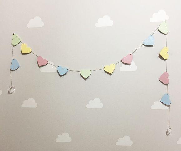 Cordão de Corações    Para decorar com cor e amor!  Pode ser utilizado na grade do berço, no varão superior, em prateleira ou na parede.    13 corações com 4 cm de diâmetro.  Tamanho do cordão : aproximadamente 1,40 cm  MDF    Podemos fazer de qualquer cor.    Os produtos artesanais são únicos, n...