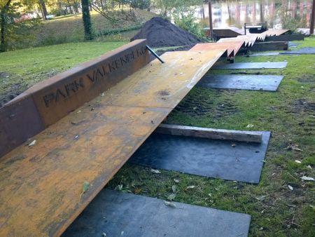 Park Valkenberg. De ijzeren trap ligt nu nog naast de plaats waar hij uiteindelijk moet komen te liggen (denk ik).