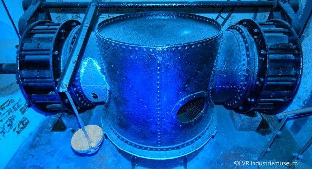 """Im Kraftwerk Ermen & Engels geht großen und kleinen Besuchern auf jeden Fall ein Licht auf. """"Denn alles dreht sich um den Strom. Die ehemalige Baumwollspinnerei Ermen & Engels, gegründet von Friedrich Engels – Vater des berühmten Kompagnons von Karl Marx – wurde 1903 elektrifiziert. Hier kann ein historisches Wasserkraftwerk, das die Fabrik und teilweise auch den Ort mit Energie versorgte, bewundert werden. Die Besucher erhalten einen lebendigen Eindruck davon wie Strom produziert wurde."""