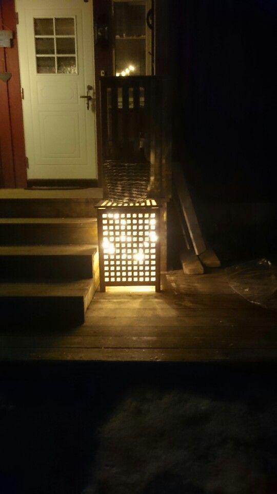 En skittentlyboks fungerer fint som lykt på trappa. Lysene er ledlys.