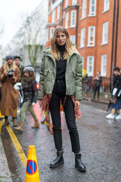 A black pants and black shoes is a perfect combination with this khaki bomber, so fancy. Londen Fashion Week.