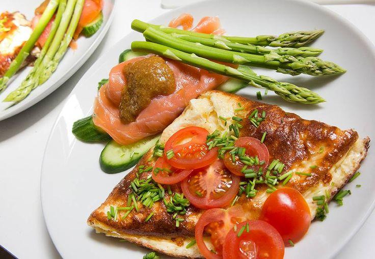 Røget laks med rævesauce, asparges, grønt og en lækker omelet