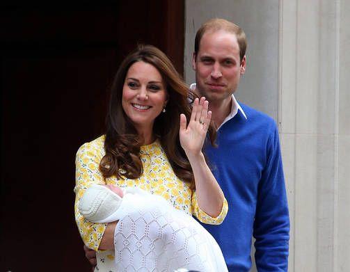 Ruhtinatar Catherine ja prinssi William esittelivät pienokaisen lauantaina synnytyssairaalan edessä.
