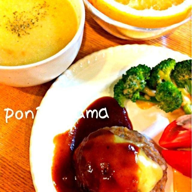 スープは、じゃがいも、玉ねぎ、サツマイモ、グリンピース、コーン、人参、ピーマン、ブロッコリー、ベーコン、ソーセージ、カボチャ入り\(^o^)/ - 13件のもぐもぐ - チーズハンバーグ、9種類の野菜スープ。 by ぽにこ