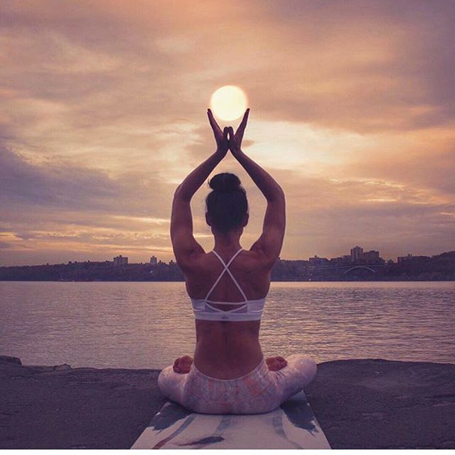 This photo is so cool. For those who don't quit yoga can be just as motivational as it is rewarding, you will literally feel like the sun is your hands. clever photography.