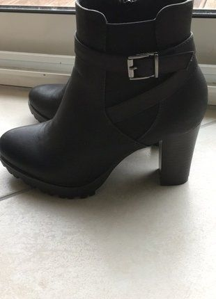 À vendre sur #vintedfrance ! http://www.vinted.fr/chaussures-femmes/bottes-and-bottines/28063077-bottine-noire-a-talon-gros-crampons-mais-chic-pointure-37