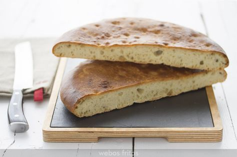 Hago muy a menudo este pan de aceite: me resulta muy sencillo. A Sara, mi hija mayor, le gustan especialmente todo este tipo de panes planos, pero todos lo disfrutamos mucho a la hora de la comida. El trozo que queda está perfecto para la cena, o incluso para el día siguiente.
