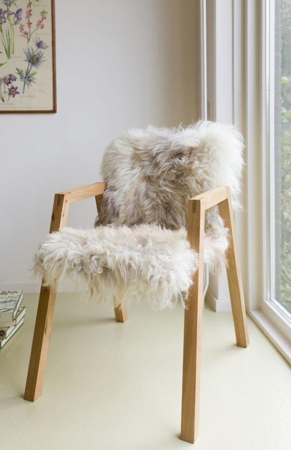 Deze stoel van #hout en #schapen #vacht ziet er erg uitnodigend uit: een plek om heerlijk in weg te zakken!