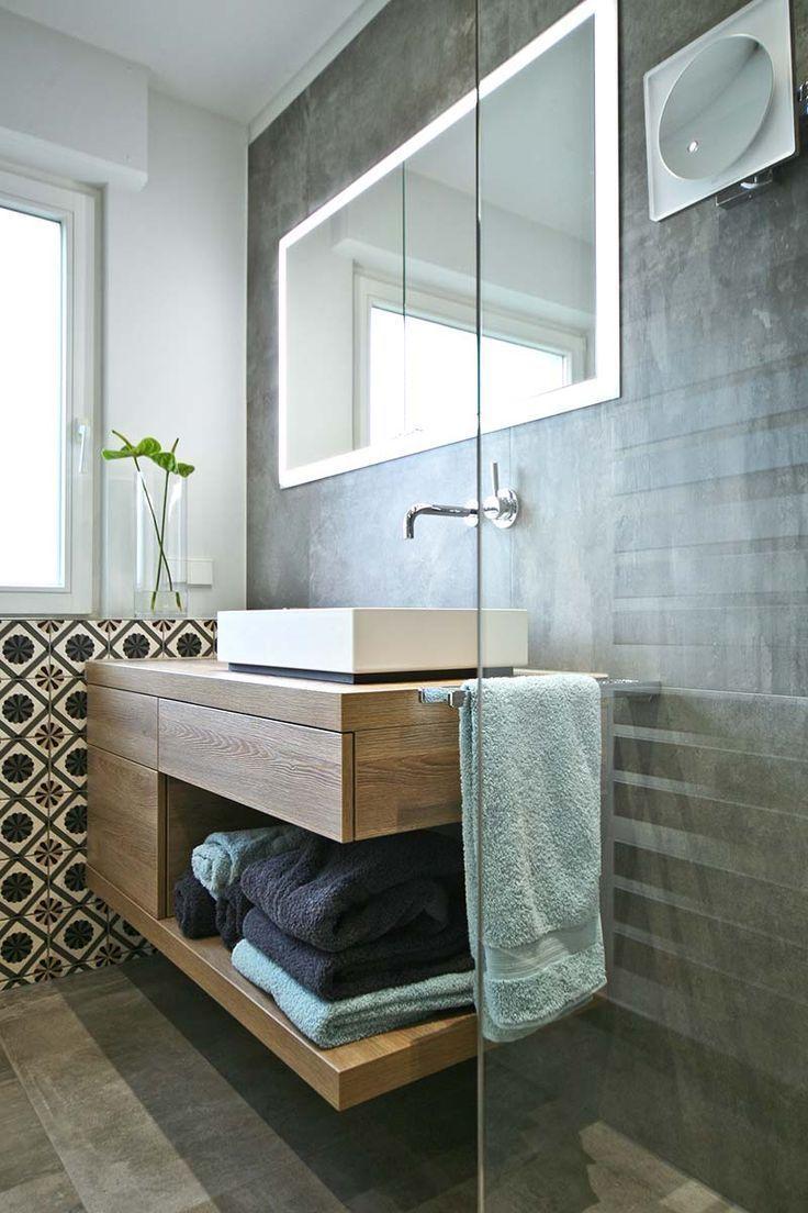 Waschbereich Mit Waschtischunterschrank Holzoptik Handtucher In Offenem Fach Weisses Aufsatzwasch Waschtischunterschrank Badezimmer Badezimmer Neu Gestalten