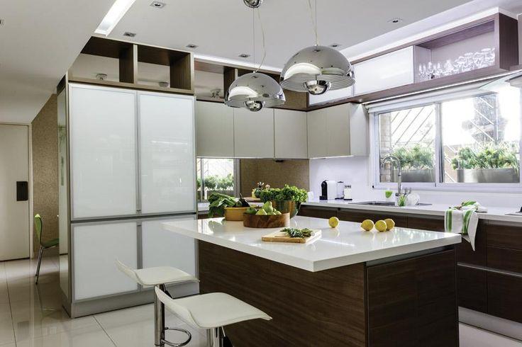 """""""La cocina acompaña el diseño del resto de la casa con un estilo contemporáneo y vanguardista que incluye superficies lavables para que, además, resulte práctica y de bajo mantenimiento"""", describen las arquitectas del estudio Gutman+Lehrer.  /Santiago Ciuffo"""