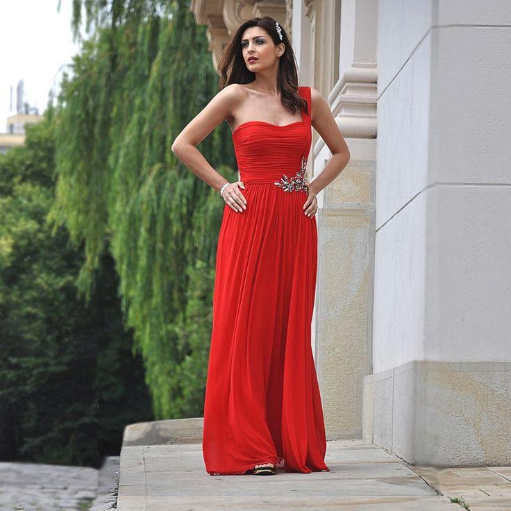 Ema - o aparitie delicata in rochia rosie Terani Couture,  accesorizata cu o bijuterie statement.