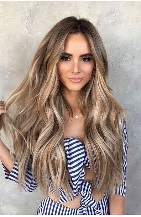 Langes blondes gewelltes Haar