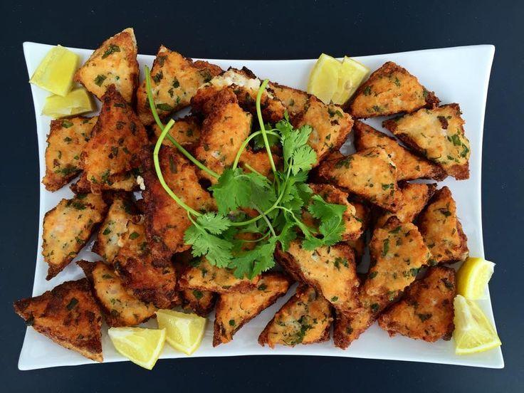 Krevetové krekry  Netradiční občerstvení jemné chuti. Smažené krekry z trojúhelníčků toustového chleba, bílků, koriandru a krevet.