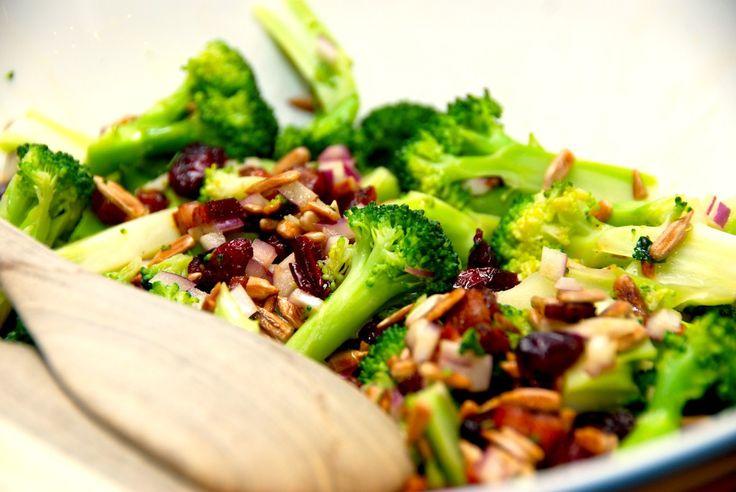 Super god opskrift på broccolisalat med bacon. Salaten laves nemt med dampet broccoli, bacon og andre lækre ingredienser. Til en skøn broccolisalat med bacon til fire personer skal du bruge: 150 gr…