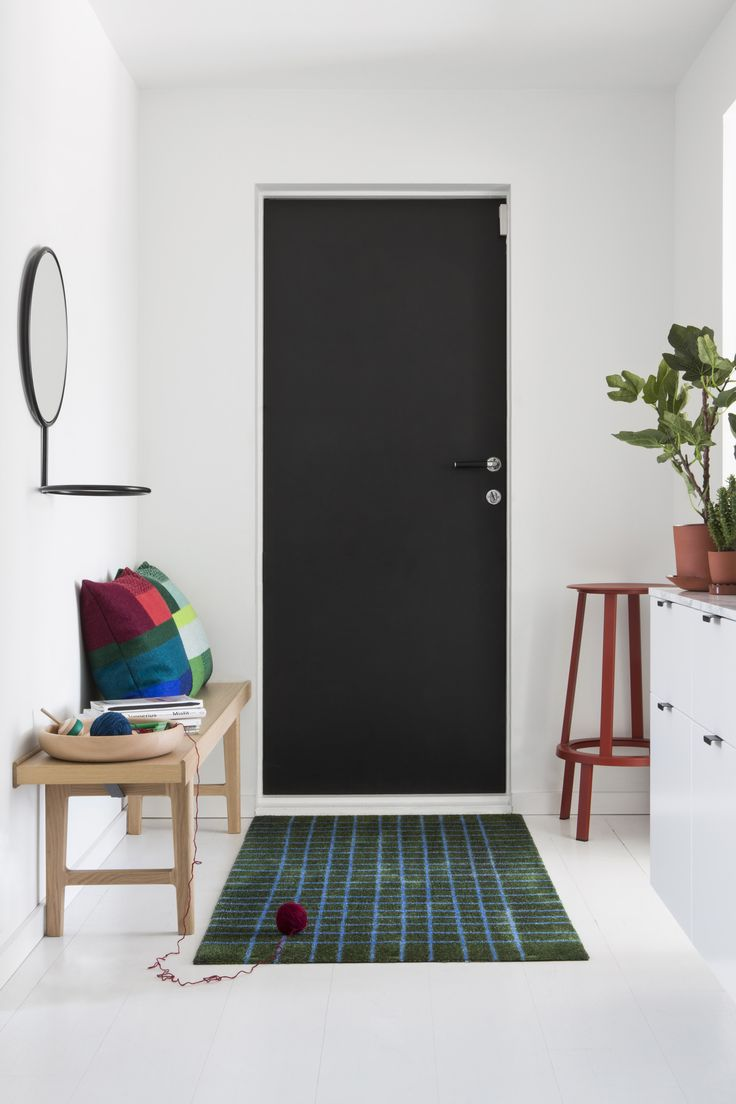 Hand Green doormat is decorated with hand-drawn lines that formes a grid which softens the strictly rectangular format.