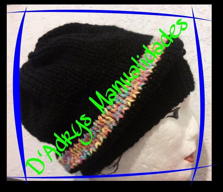 Gorro para dama tejido en negro con franja colorida.