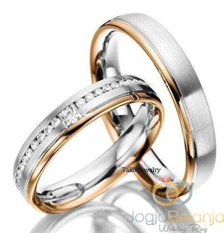 cincin kawin malehah adalah cincin kawin perak lapis emas . Di disain dua warna yang memiliki lapis putih dan kuning . Cincin wanita memiliki batu zircon , satu batu berbentuk kotak . Finising dov dan mengkilapSpesifikasiCincin kawin Malehah Perak Lapis Emas SepasangBahan pera