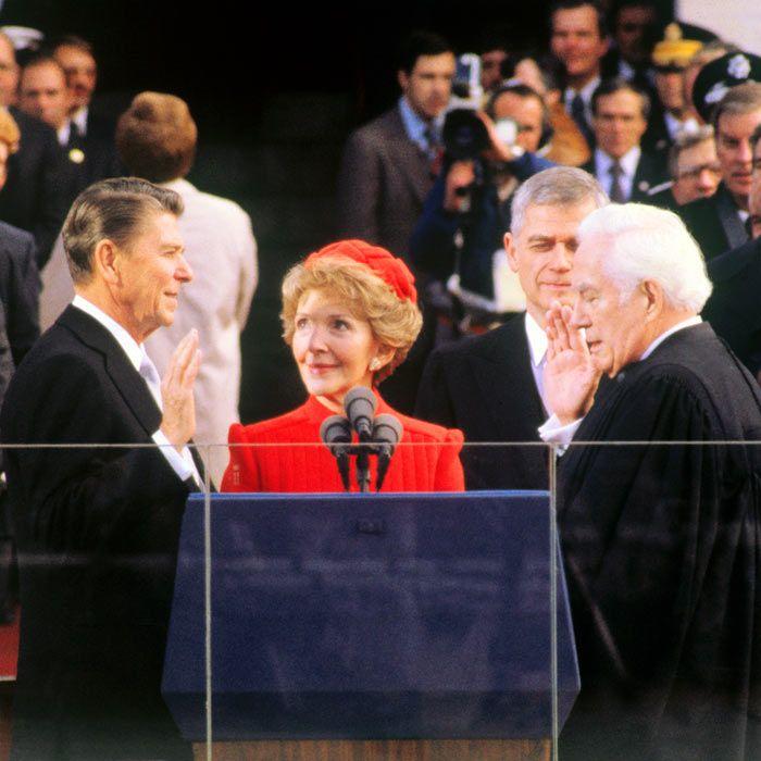 20 січня 1981 року колишній актор, телеведучий і профспілковий лідер республіканець Рональд Рейган, який з великою перевагою переміг демократа Джиммі Картера, став 40-м президентом США. Свою власноруч написану інавгураційну промову він присвятив вирішенню економічних проблем країни і під час її виголошення Іран звільнив 52 заручника, які півтора роки утримувались в американському посольстві в Тегерані.