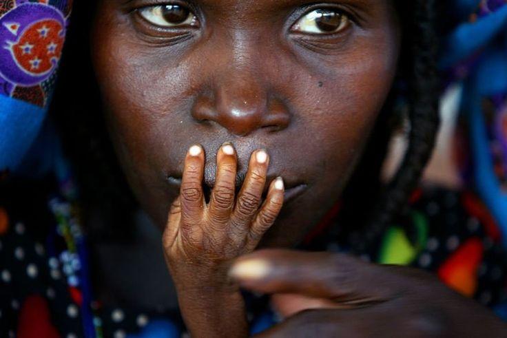 Une mère et son enfant attendent patiemment de pouvoir se nourrir dans un centre d'urgences, au Niger