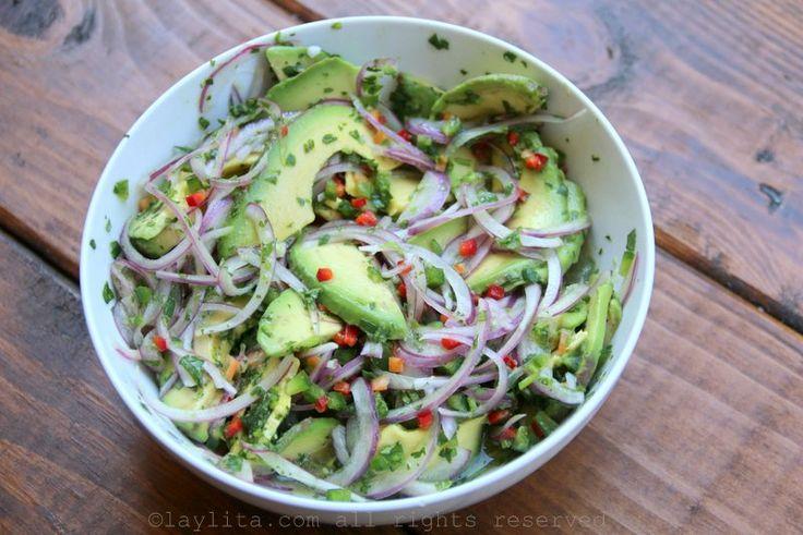 Ensalada de aguacate o palta con cebolla y cilantro