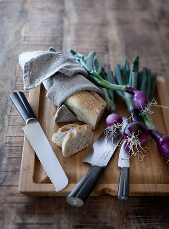 The grooved handle of the bread knife provides a good ergonomic grip and cuts firmly through any type of bread. #rosendahl #rosendahlgrandcru