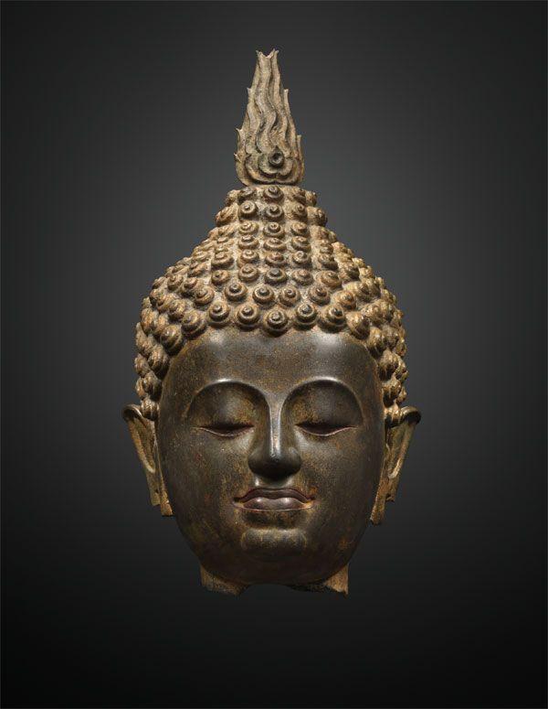 Tête de bouddha  Style de Lanna, Thaïlande XIVe / XVe siècle Bronze H. : 47 cm © Galerie Jacques Barrère, photo : Michel Gurfinkel