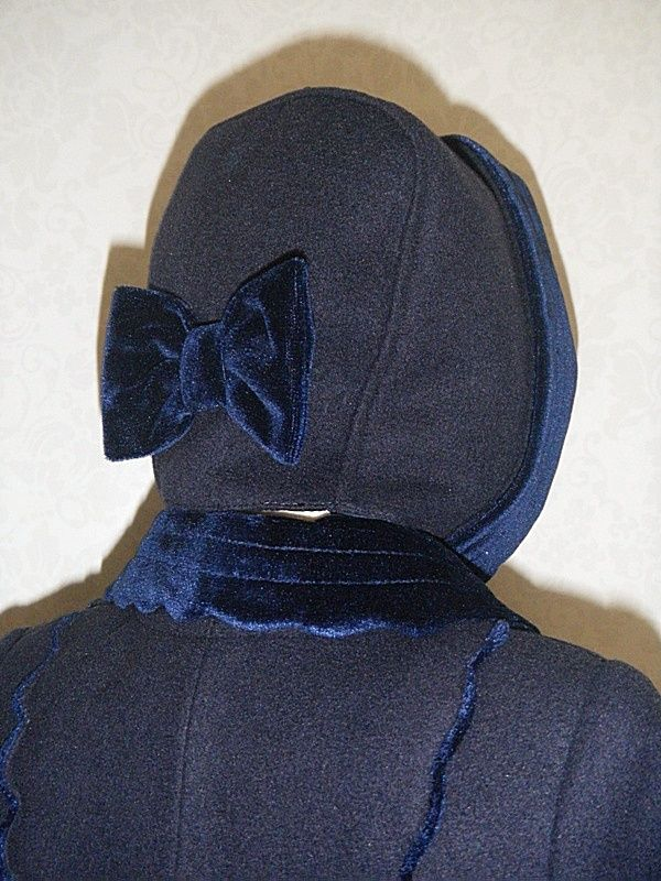 Capota abrigo azul marino para niña. Detalles en terciopelo. El abrigo se puede lavar.