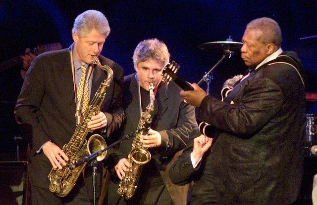 Bill Clinton plays the sax with Dave Boruff in 2001.