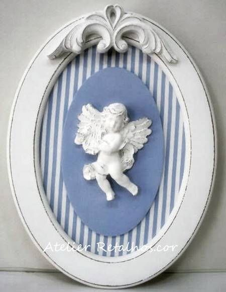Quadro oval 36x27cm com anjo harpa e arabesco, pintura provençal ou todo branco, com opção de escolher o tecido de fundo e cores. R$ 135,00