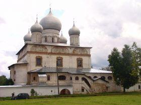 La Cathédrale Notre-Dame-du-Signe Ce monument est un exemple caractéristique de l'architecture de l'ecole moscovite du XVIIe siècle. Ses fresques, l'oeuvre des peintres de Kostroma de 1702, représentent des scènes profanes et sont en très bon état de conservation. La cathédrale organise des concerts de chants religieux.