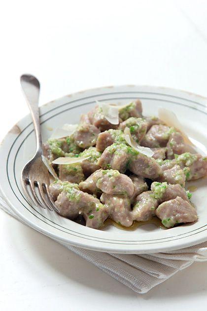 Gnocchi di farina di castagne con pesto di cavoletti