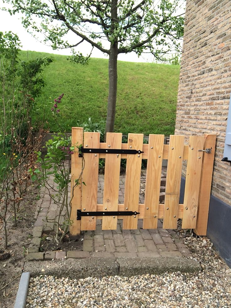 Eenvoudig tuinhek van steigerhout.