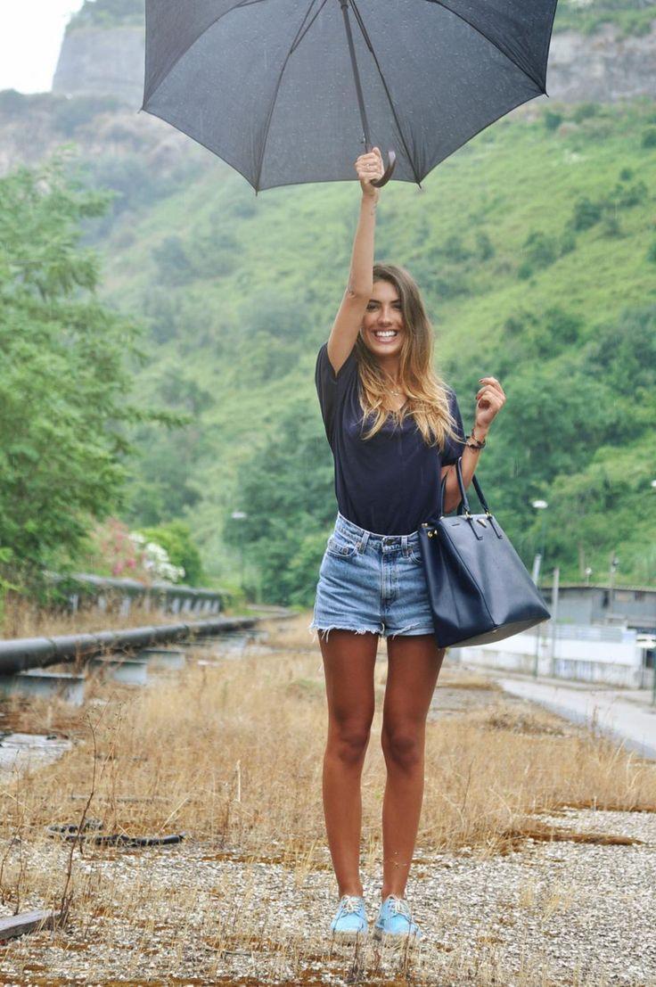 Navy/charocal t shirt (topshop), high waist denim shorts, blue vans, bag, umbrella, hair - rainy summer outfit
