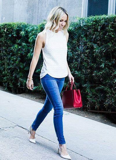 白ノースリーブTシャツとジーンズ×赤ハンドバッグのコーデ(レディース)海外スナップ | MILANDA