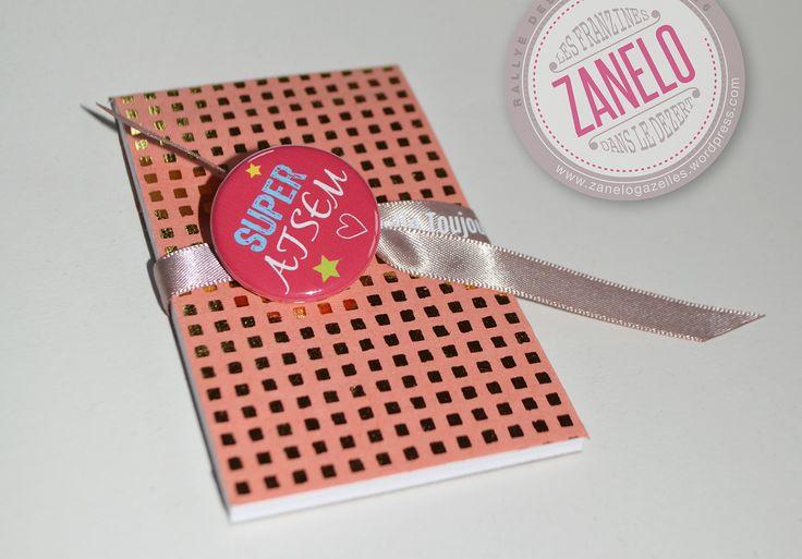 Bloc notes carreaux et badge super ATSEM : Carnets, agendas par zanelogazelles