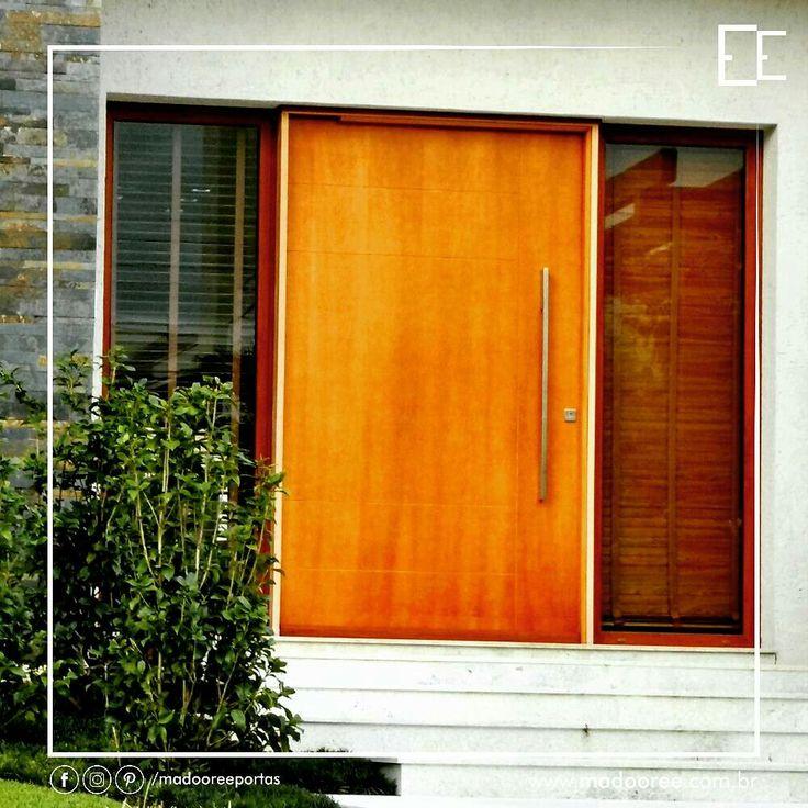 """Porta Pivotante de Entrada em Verniz PU, dando destaque à cor da porta e as persianas quando fechadas nos vidros. Fechadura Rolete Quadrada Pado com Puxador Quadrado em Aço Inox Escovado. Um belo conjunto para dar destaque à fachada da casa.  """"Abra suas portas com satisfação!  Madooree, orgulho ter lá em casa.""""   #madooree #porta #requinte #door #arq #requintado #padrao #pintura #ferragem #ambiente #arquitetura #madeira #detalhe #altopadrao #acabamento #suave #decoração #exterior #decor…"""