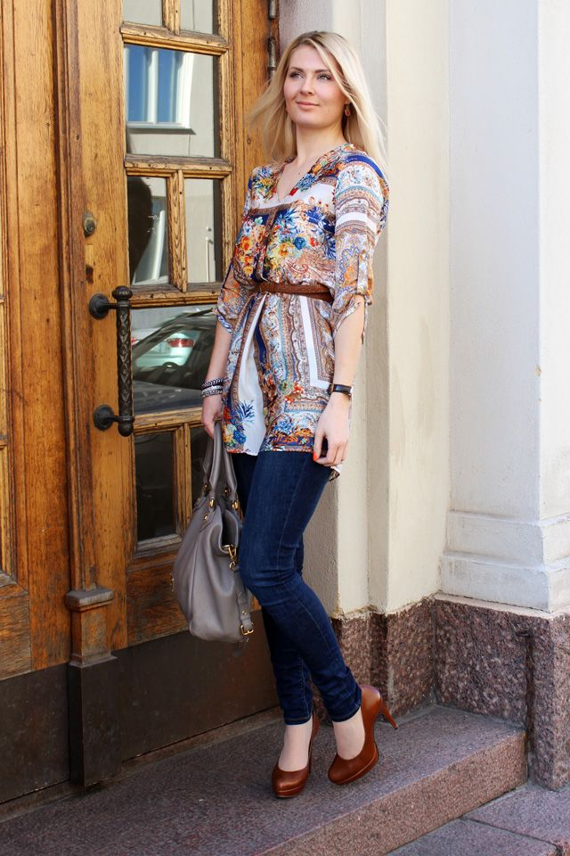 Anna-Maria wears multicolour print tunic and blue jeans, Marc Jacobs bag in sand and mid brown heels.