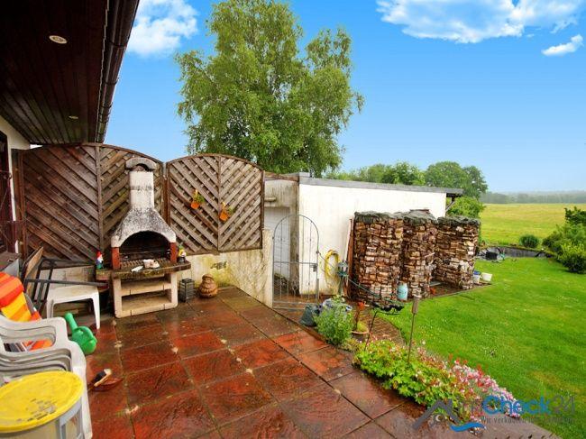 Terrasse mit angrenzendem Garten.