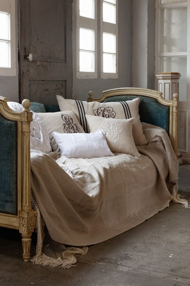 Gosh I love day-beds :-) Perfect for sunday lounging, reading a book... Love the shabby-chic, aging glamour feel too.